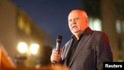 Горбачов біля Берлінської стіни у листопаді 2014 року