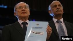 El jefe investigador Kok Soo Chon muestra a la prensa el informe sobre la investigaci[on de la desaparición del vuelo MH370 el lunes, 30 de julio de 2018 en Putrajaya, Malasia.
