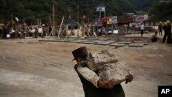지난 2013년 9월 북한 마식령 스키장 건설에 동원된 노동자가 돌덩이를 나르고 있다. (자료사진)