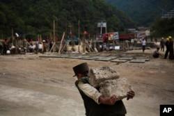 지난 2013년 9월 북한 마식령 스키장 건설에 동원된 노동자가 돌덩이를 나르고 있다.