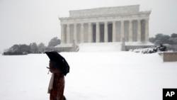 مقامات از باشندگان واشنگتن دی سی خواسته اند تا از خانه های شان بیرون نشوند.