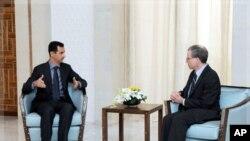 美國駐敘利亞大使福特(右)一月27日會晤敘利亞總統阿薩德