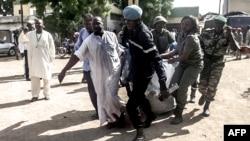 Des forces de sécurité transportent, dans une couverture, des restes des victimes d'une double explosion dans la ville camerounaise de Maroua, dans le nord, 22 juillet 2015.