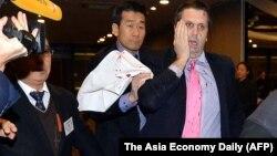 마크 리퍼트 주한 미국대사가 5일 서울에서 열린 한 행사장에서 한국의 진보단체 대표로부터 칼로 피습을 당했다.