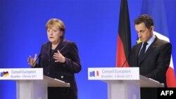 Tổng thống Pháp Nicolas Sarkozy (phải), và Thủ tướng Ðức Angela Merkel phổ biến một tuyên bố chung trong một cuộc họp báo tại hội nghị thượng đỉnh EU ở Brussels, ngày 4 tháng 2, 2011. Cuộc khủng hoảng tại Ai Cập chiếm phần lớn nghị trình của hội nghị.
