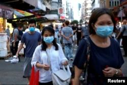 ہانگ کانگ کے ایک قدیم تجارتی علاقے شام شوئی پو میں لوگوں نے کرونا سے بچنے کے لیے ماسک پہنے ہوئے ہیں۔
