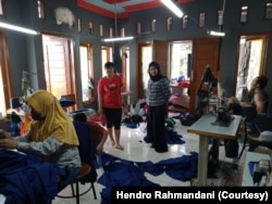 Proses pembuatan masker di rumah Hendro Rahmandani di Bekasi, Jawa Barat. (Foto:Courtesy/Hendro Rahmandani)