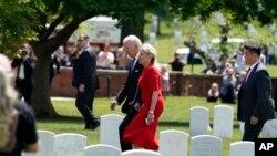Президент Джо Байден і перша леді на Арлінгтонському національному цвинтарі у День пам'яті