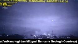 Luncuran awan panas guguran yang terjadi di Gunung Sinabung, Kabupaten Karo, Sumatera Utara, Jumat, 15 Mei 2021. (Foto: Pusat Vulkanologi dan Mitigasi Bencana Geologi)