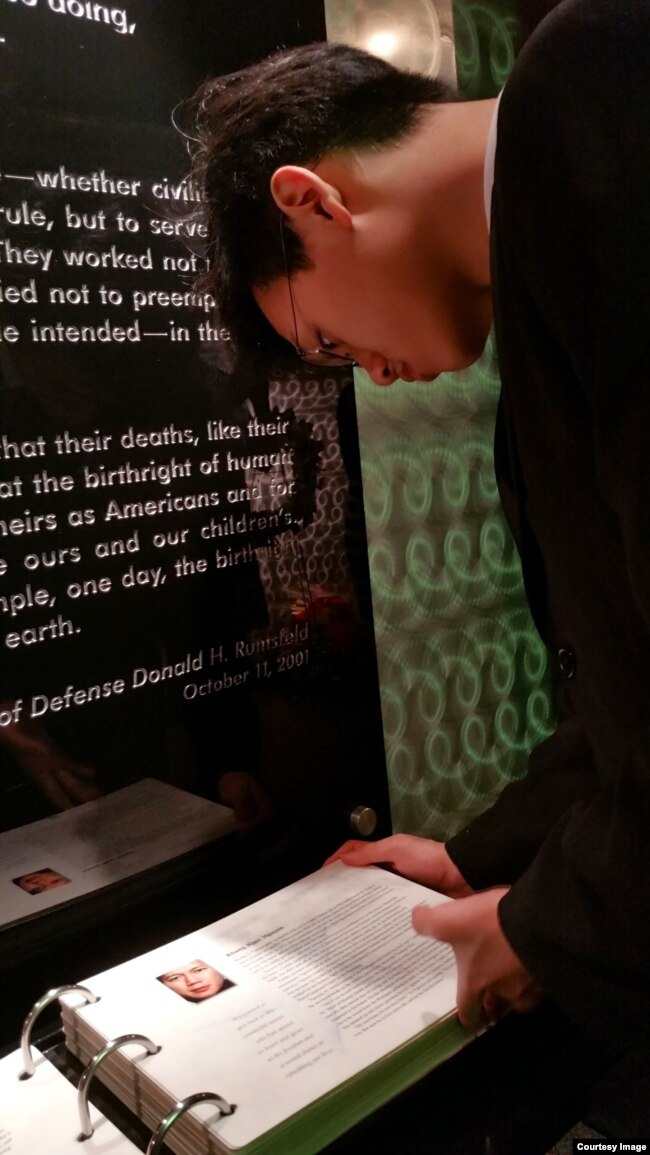Em An đang đọc trang liệt kê tiểu sử của bố, kỹ sư Nguyễn Ngọc Khang, trong nhà nguyện tại Đài tưởng niệm nạn nhân 911 ở Ngũ Giác Đài