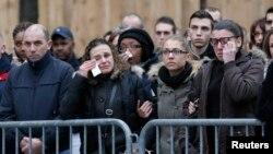 Dân Pháp đau buồn dự tang lễ 3 cảnh sát viên thiệt mạng trong các cuộc tấn công khủng bố ở Paris, ngày 13/1/2014.