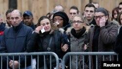 13일 프랑스 파리에서 열린 테러 희생자 추모행사에 참석한 시민들이 눈물을 흘리고 있다.