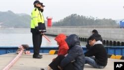 Thân nhân của hành khách trên chiếc phà bị chìm ngồi nhìn ra biển chờ tin về người thân bị mất tích tại cảng Jindo, ngày 22/4/2014.