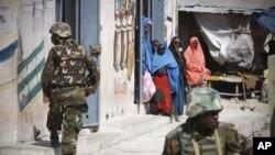 Des soldats ougandais de l'AMISOM en patrouille à Mogadiscio (déc. 2011)