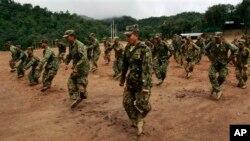 Tentara pemberontak Shan melakukan latihan di sebuah hutan di Myanmar (foto: dok).
