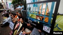 10일 홍콩 소재 중국연락사무소 앞에서 인권운동가 류샤오보 씨의 석방을 요구하는 시위가 벌어졌다.