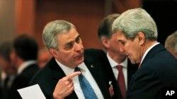 Посол США в НАТО Дуглас Льют и Джон Керри