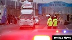 지난 2016년 2월 개성공단 가동 전면중단이 결정된 후, 한국 입주기업 차량들이 파주시 통일대교를 지나 남쪽으로 철수하고 있다.