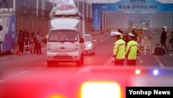 지난해 2월 개성공단에서 짐을 실고 귀환하는 한국 측 차량이 경기도 파주시 통일대교 입구를 나서고 있다.