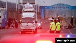 지난 11일 개성공단에서 짐을 싣고 나오는 한국 측 차량들이 경기도 파주시 통일대교 입구를 지나고 있다.