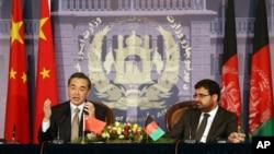 中国外长王毅与阿富汗外长奥斯马尼在喀布尔的阿富汗外交部联合举行记者会。(2014年2月22日)