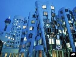 Düsseldorf limanında Amerikalı mimar Frank Gehry'nin Sanat ve Medya merkezi binası