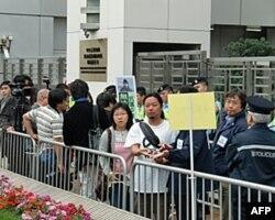 中联办门前的抗议者