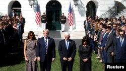 Le président Donald Trump avec sa femme Melania et Mike Pence, vice-président, avec sa femme Karen, lors d'une minute de silence après la fusillade de Las Vegas, à la Maison Blanche, le 3 octobre 2017.