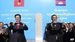 Thủ tướng Việt Nam Nguyễn Tấn Dũng và Thủ tướng Campuchia Hun Sen khánh thành cột mốc cuối cùng trên tuyến biên giới đất liền giữa hai nước, ngày 24/06/2012.