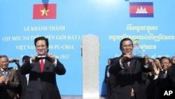 Thủ tướng Nguyễn Tấn Dũng của Việt Nam và người đồng nhiệm phía Campuchia Hun Sen khánh thành cột mốc biên giới số 314 kỷ niệm 45 năm ngày thiết lập quan hệ ngoại giao giữa hai nước hồi tháng 6/2012.