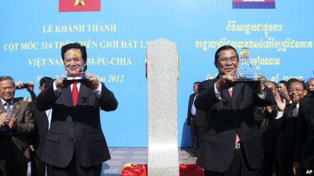 Thủ tướng Nguyễn Tấn Dũng của Việt Nam và người đồng nhiệm phía Campuchia Hun Sen khánh thành cột mốc biên giới số 314 kỷ niệm 45 năm ngày thiết lập quan hệ ngoại giao giữa hai nước