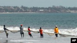 La plage de Lumley, une attraction populaire à Freetown, Sierra Leone.