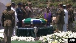 Nelson Mandelaning tobuti dafn uchun poytaxt Yoxannesburgdan ota-bobolarining qishlog'i Kunuga yetkazildi, 15-dekabr, 2013-yil