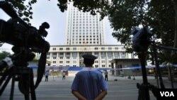 Penjagaan ketat di sekitar pengadilan di provinsi Jiangxi, China selatan (Foto: dok). Tiga aktivis anti-korupsi China diadili dalam tuduhan menggunakan 'aliran sesat' untuk merongrong hukum dan mengumpulkan khalayak untuk mengganggu ketertiban umum (28/10).
