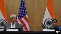25일 인도를 방문한 렉스 틸러슨 미국 국무장관과 수슈마 스와라지 인도 외교장관이 회담에 이어 공동기자회견을 하고 있다.