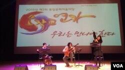 지난 27일 한국 민간단체 남북경제협력포럼이 서울 마포 아트센터에서 개최한 '오작교 연가: 우리는 만나야한다'에서 '트리오 콘 스피리토'가 공연하고 있다.