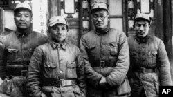 1938年八路军129师的政委邓小平和其他领导人