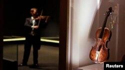 曾属于泰坦尼克号豪华游轮的乐队队长华莱士•哈特利的小提琴2013年9月18日陈列在贝尔法斯特的泰坦尼克中心。