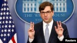 El jefe del consejo de asesores económicos de la Casa Blanca, Jason Furman, habla sobre el informe de la CBO