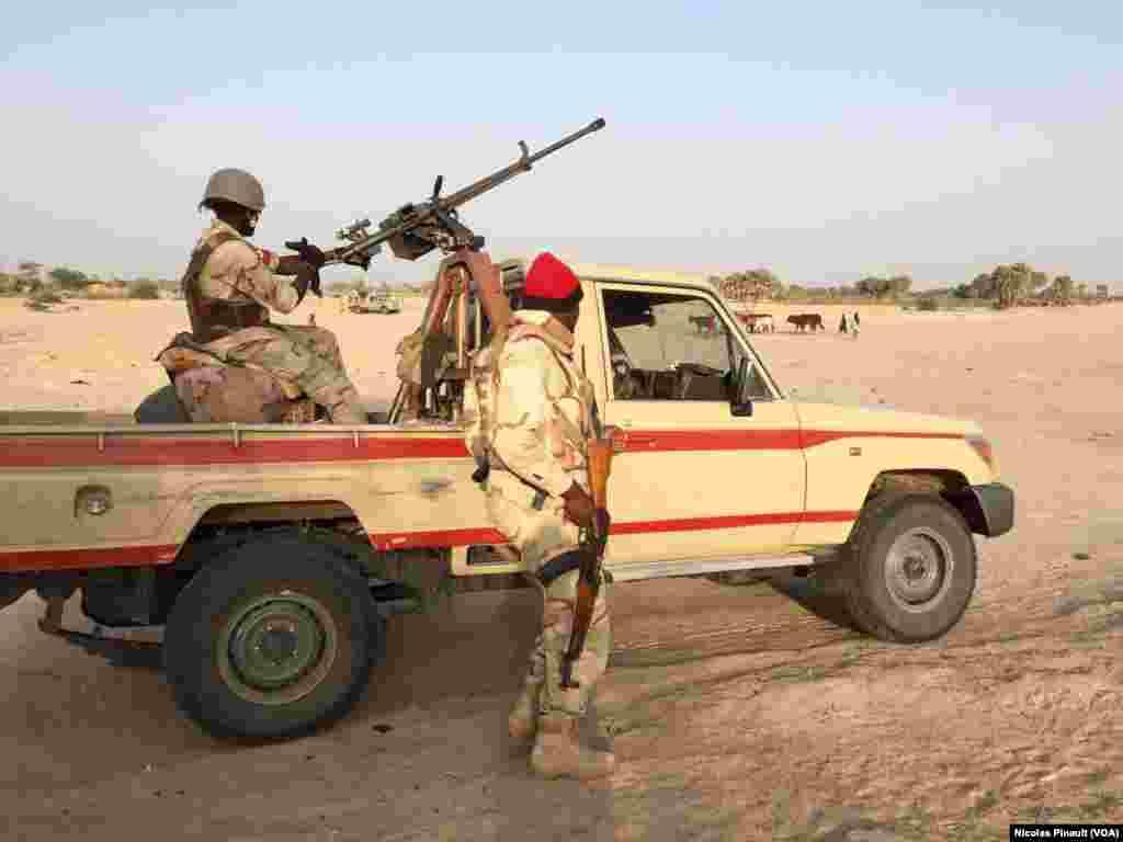 Une mitrailleuse montée sur un véhicule de l'armée nigérienne dans le village de Zenam Kelouri, le 29 février 2016.