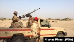 Une mitrailleuse montée sur un véhicule de l'armée nigérienne dans le village de Zenam Kelouri, le 29 février 2016. Niger army patrols in Assaga camp near Diffa, Feb. 29 2016. (VOA/Nicolas Pinault)