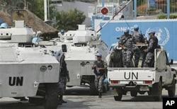 Des Casques bleus devant le bureau de l'ONU à Abidjan