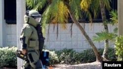 Seorang anggota regu penjinak bom dari Kantor Sheriff di Broward County, berjalan menuju kantor Rep. AS Debbie Wasserman Schultz di Sunrise, Florida, 24 Oktober 2018.