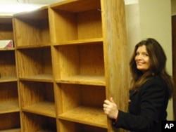 梅特兰和里特在一个办公室书架后面找到一个早被人遗忘的房间