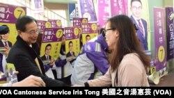 香港民主黨創黨主席李柱銘在助選活動與市民握手 (攝影﹕美國之音湯惠芸)
