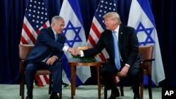 Prezident Donald Tramp (o'ngda) Isroil Bosh vaziri Benyamin Netanyaxu bilan