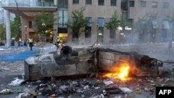 На одной из улиц Ванкувера хоккейные болельщики сожгли автомобиль. 15 июня 2011 года
