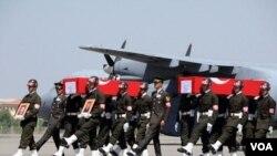 Militer Turki melakukan pemakaman kehormatan para tentaranya yang tewas dalam serangan militan Kurdi di Turki tenggara (19/10).