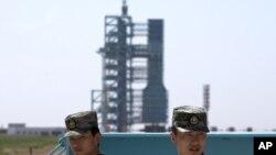 Dua tentara China tampak menjaga fasilitas peluncuran roket Long March 2F di Jiuquan, provinsi Gansu, China (foto: dok). China meluncurkan laboratorium antariksa kedua ke orbit hari Kamis (15/9).