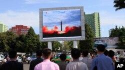 Retransmission publique du lancement d'une fusée balistique Hwasong-12 à la gare de Pyongyang à Pyongyang, en Corée du Nord, le 16 septembre 2017.